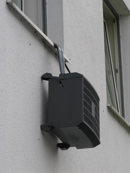 Klimaanlage h ngt aus dem fenster for Fenster klimaanlage