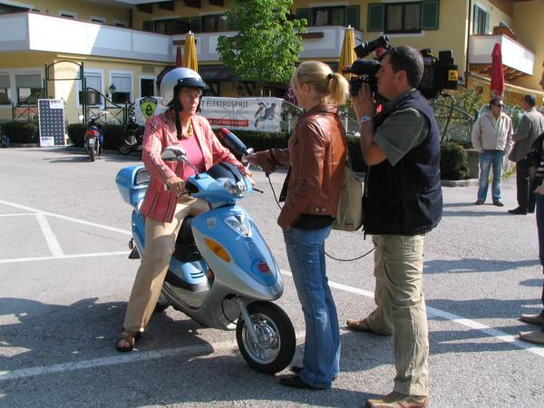 Greens for individual traffic The green member of Salzburg's country parliament Heidi Reiter invites April 19th to a press conference and gives an interview on a scooter. A scooter? It's natural an electric scooter.